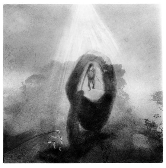 卢彦鹏作品:拖着石头的婴孩