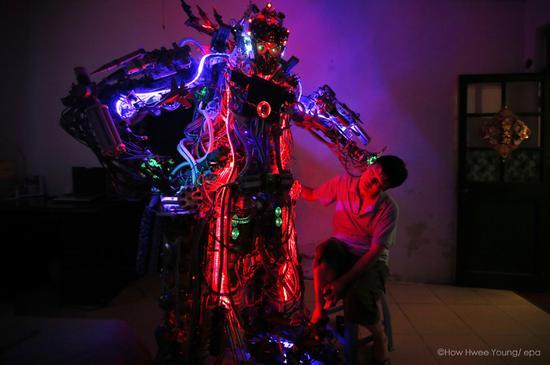 2013年8月12日,民间发明家陶相礼和他的机器人。陶慧秧/ epa
