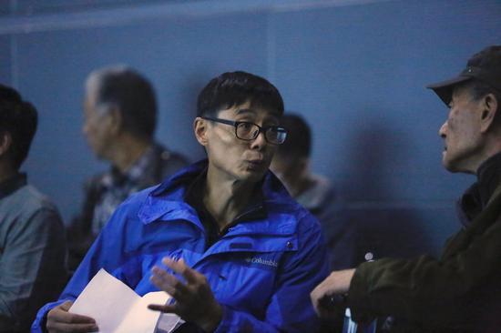摄影师金汀与学术主持吴鹏先生在北京国际摄影周《符号》小型分享会现场交流