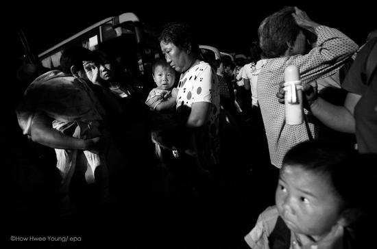 2010年6月29日,河南淅川县,聚集的村民。陶慧秧/ epa