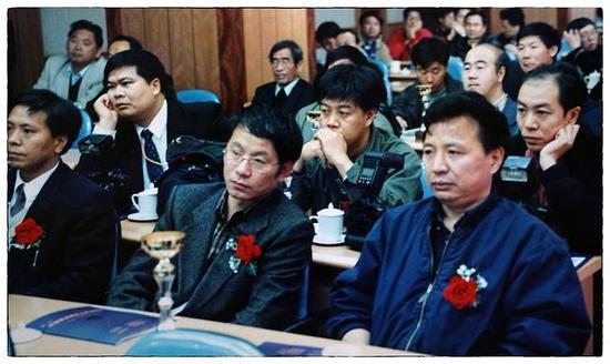 1999年,刘宇(中)和于文国(右)获得第三届中国摄影记者金眼奖,我们那时看起来还很青涩。