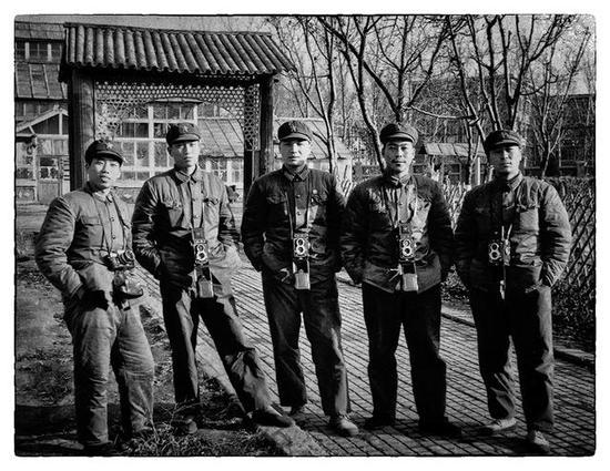 1978年10月 于文国(中)在部队参加摄影报道培训时与同学留影。