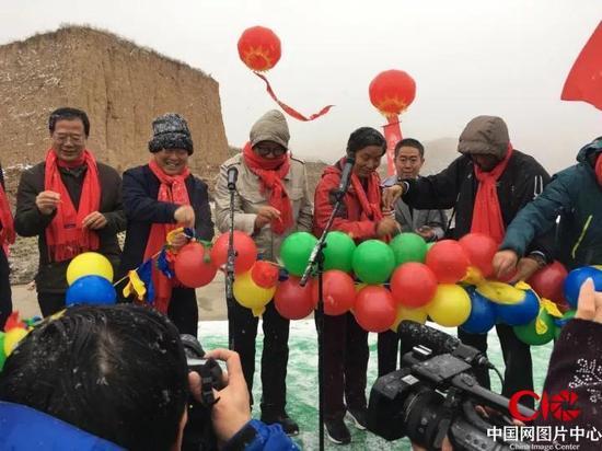 启动仪式上,市领导和摄影家代表剪彩