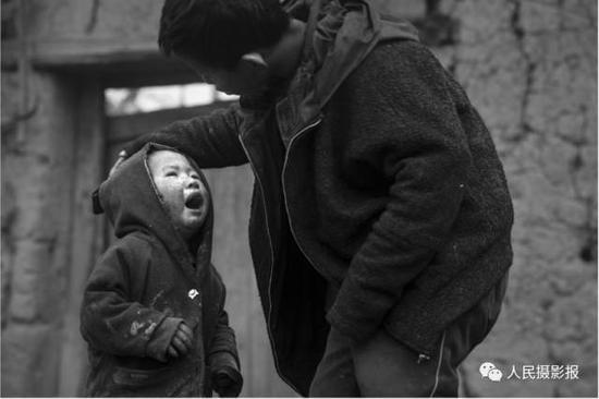 2016年12月18日,弟弟尔布正向哥哥哭诉。