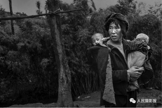 2017年6月13日,这7个孩子的妈妈今年38岁,年龄比他老公大6岁,她不但要干完农活,负责一家人的生活,而且要前抱后背、口唤眼看地照顾好孩子们。