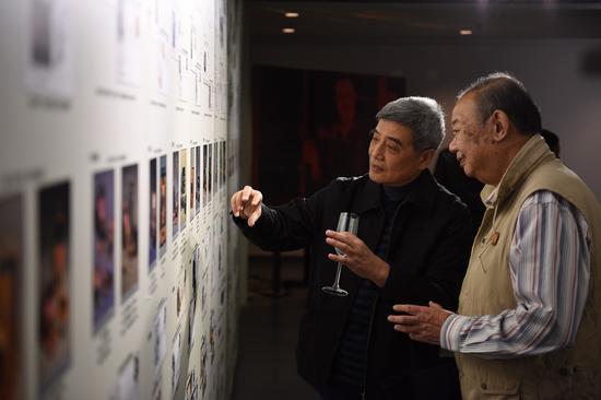 收藏家李晓璘(右)与嘉宾观看展览。李翊 摄