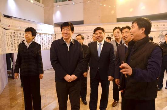 扬州市宣传部部长姜龙(中)引导嘉宾参观。