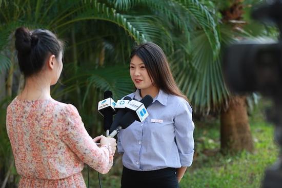 我校2015级学生杨璐璐接受媒体采访