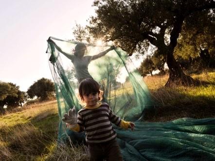 Alex Majol的妻子Daria Birang在铺丝网。©Alex Majoli