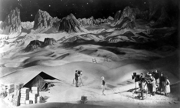1929年,导演弗里茨·朗正正在拍摄《月中女》(Woman in the Moon)。  滥觞:Everett Collection/Alamy
