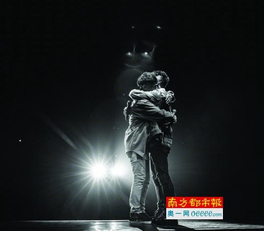 今年10月13日,在羽泉20周年巡回演唱会贵阳站的舞台上,陈羽凡和胡海泉相拥。两人成军20年的这场巡回演唱会,原定尽头站是12月25日的北京。