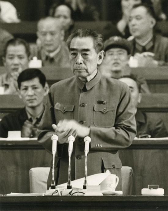 周恩来抱病参加第四届全国人民代表大会,在第一次会议上做他的最后一次《政府工作报告》 。摄影:石少华