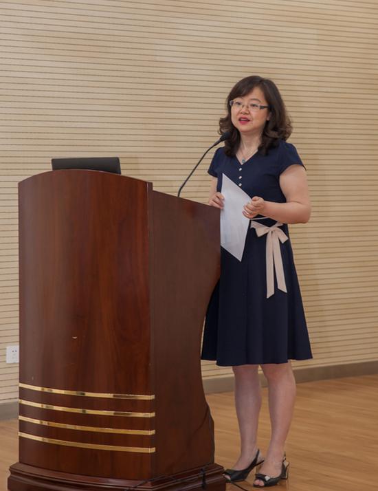 中国文化旅游摄影协会秘书长杨新丽女士宣读入选名单