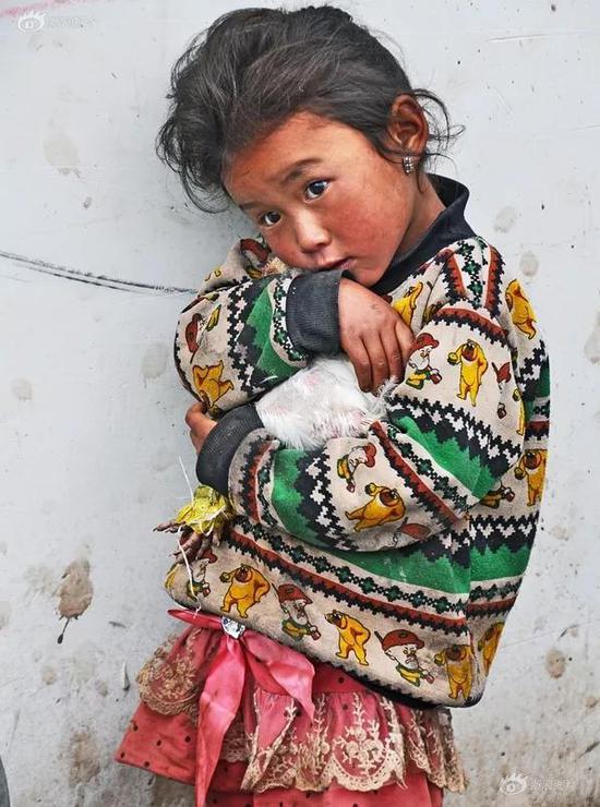 《抱鸡的小姑娘》摄影:@上山下乡66