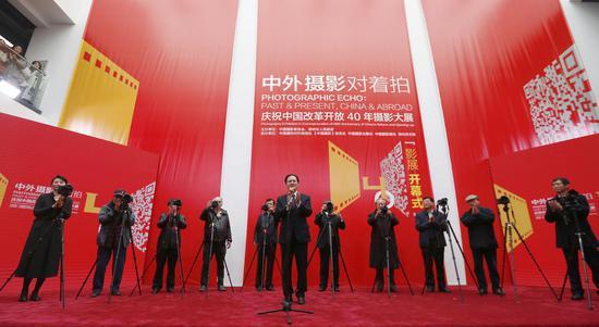 """中国文联党组成员、副主席李前光宣布""""中外摄影对着拍""""摄影大展开幕"""