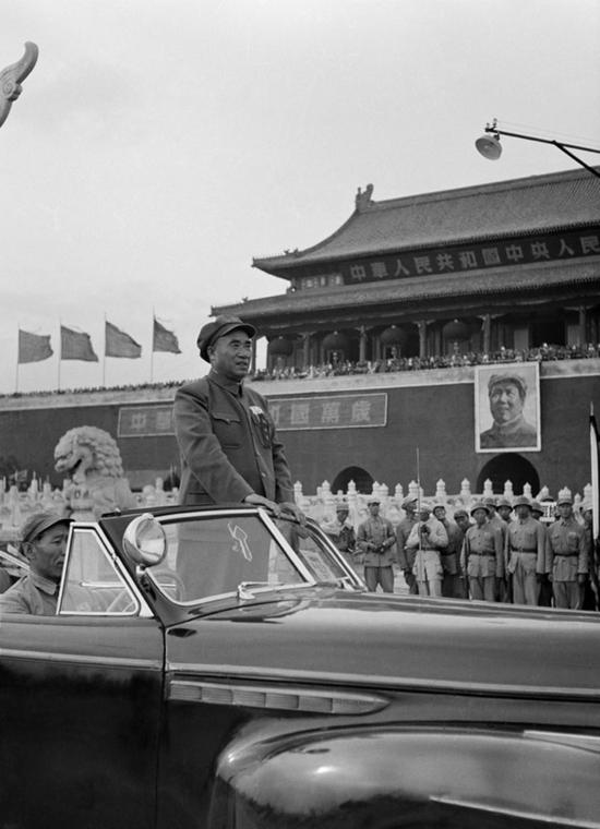 朱德总司令在天安门广场阅兵,北京。摄影:石少华