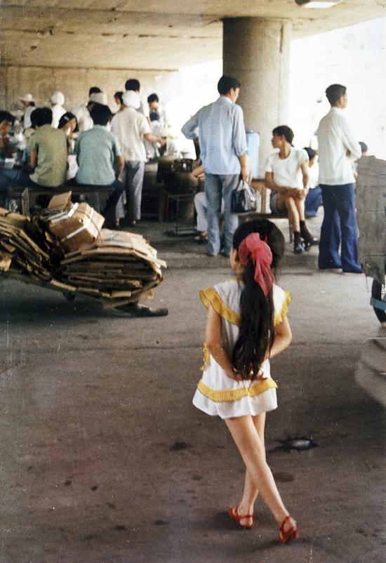 1988年,江蘇南京,背手小姑娘。時隔30年后,照片引發網絡上人們尋找小姑娘的熱情。照片是攝影人和讀者共同觀看的產物。