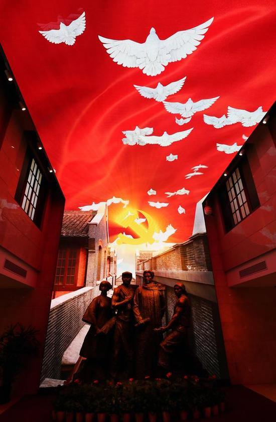 2018年5月11日,在上海的中共二大会址,现代的声光影像与历史的红色记忆完美融合,让人们在重温我党辉煌历程的同时,更激发了迈进新时代,共圆中国梦的豪情壮志。李舸摄
