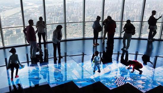 """2018年5月11日,上海中心大厦""""上海之巅""""观光厅。张风摄"""