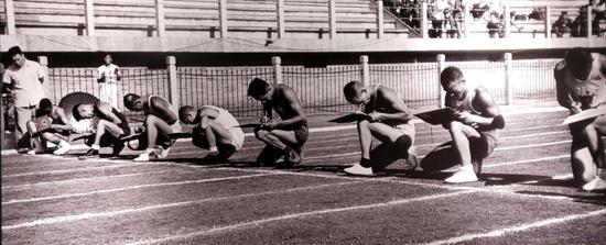(1952年8月2日,全军运动会在北京举行。图为各代表队运动员在进行识字赛跑比赛-新华社记者 岳国芳 摄)