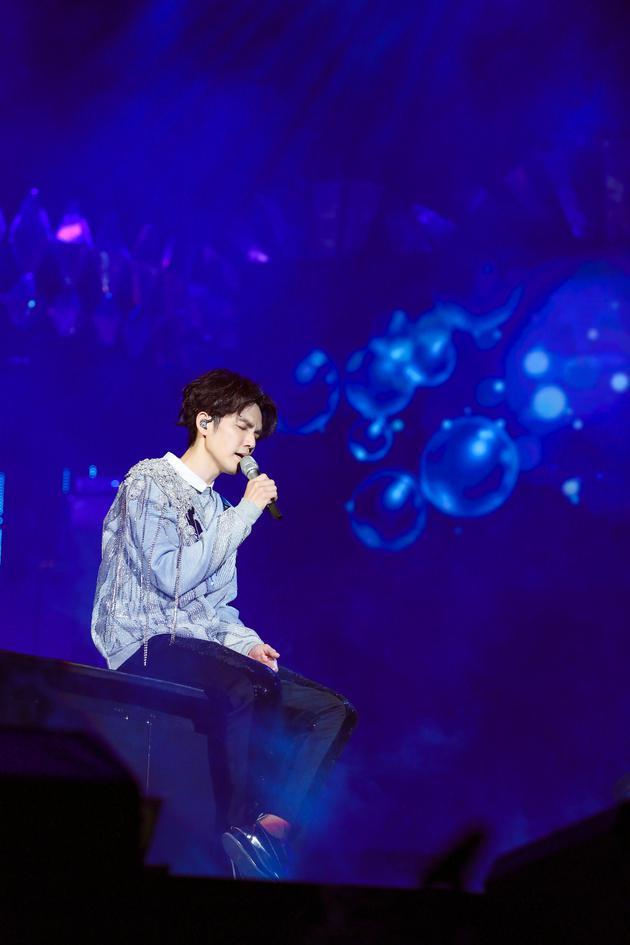 钟汉良演唱会笑问姜生来了吗 含泪与粉丝相约70岁