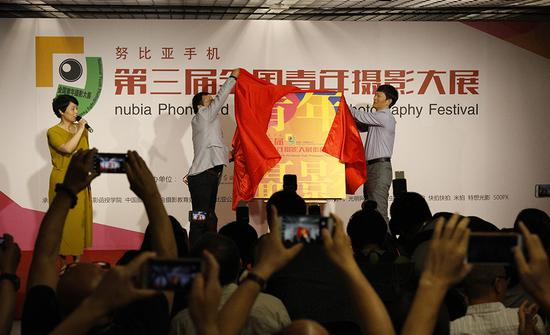 李舸和高大鲲为第三届全国青年摄影大展作品集揭幕。 蔡元卿 摄