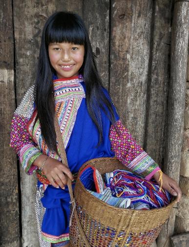 縫衣服的龔子妹,12歲(鐘明曦/攝)