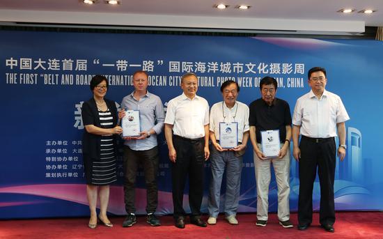大连摄影周组委会向中外摄影家代表颁发聘书。摄影:徐申