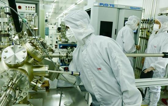 2018年5月11日,上海复旦大学微电子学院的学生在纳米芯片实验室。刘雷摄
