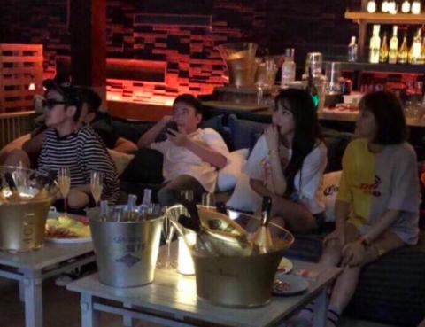 王思聪和一群美女