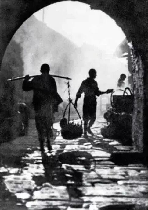 吴印咸早期代表作《晓市》,1923 年拍摄于家乡江苏沭阳的承辉门下。他对江南故土的那份眷念和情思全部浓缩在这幅作品中。
