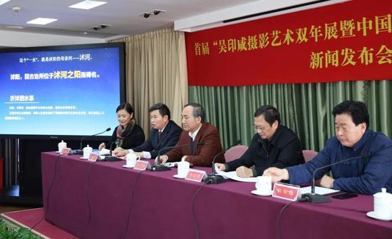 中共沭阳县委书记卞建军(左二)介绍沭阳的历史及当下发展状况。摄影:徐申
