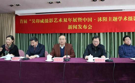 中国摄影家协会分党组书记、驻会副主席郑更生(左三)在发布会上致辞。摄影:徐申