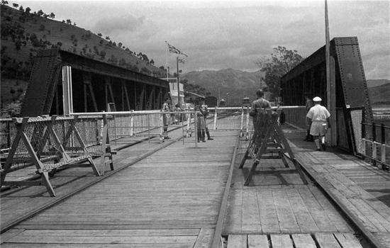 罗湖桥(50年代),郑中健摄。