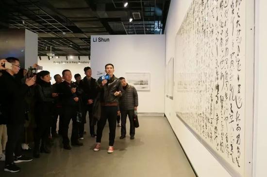 展览现场,参展者李舜向观众作导览。
