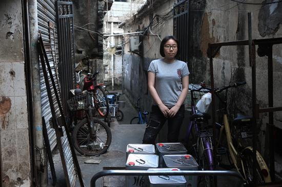 王凡 湖贝村一座老房子前面,一位年轻的姑娘静静地看着我的镜头。 2016