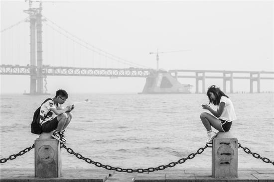 《低头族的对望》摄影:@_谷月_  来自于《生于街头》12月