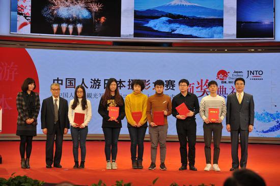 摄像组特等奖、一等奖、二等奖、三等奖、手机奖、人气奖获奖者与颁奖嘉宾合影