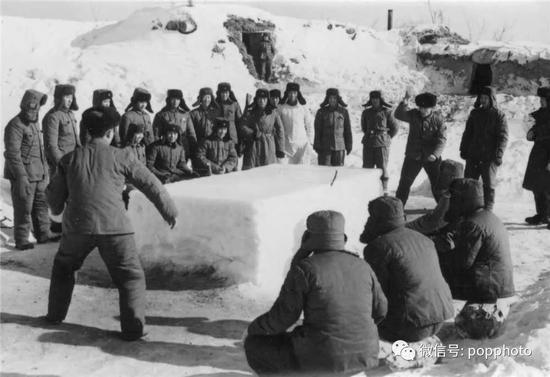1975年 全国摄影艺术展览  边防战士乒乓赛 李振森 摄