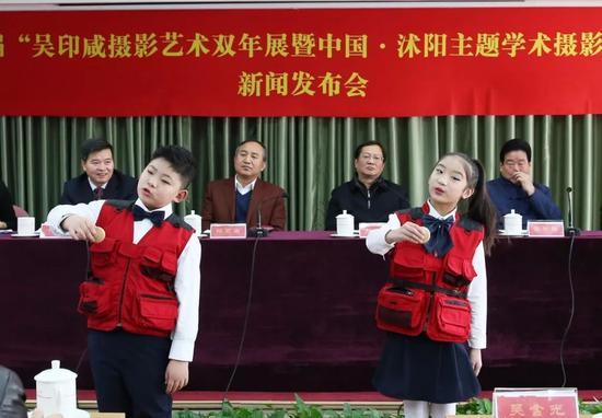 """沭阳县东兴小学印咸摄影小组的小小摄影爱好者在现场表演""""摄影三字经"""",赢得阵阵掌声。摄影:徐申"""