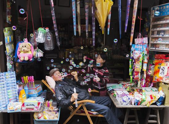 《祖孙俩》摄影:@星光安防  来自于《生于街头》12月