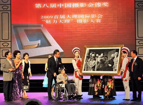 2009年8月,侯波到云南大理出席中国摄影金像奖颁奖典礼,向当地政府赠送签名代表作。这是侯波人生最后一次远行。 许志强 摄