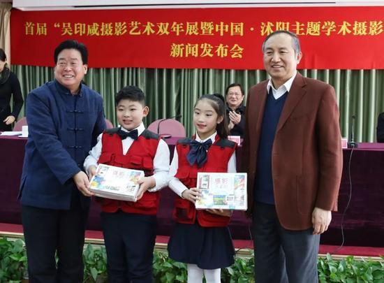 中国摄影家协会分党组书记、驻会副主席郑更生(右一)、中国摄影家协会顾问张桐胜(左一)代表中国摄影出版社向沭阳县东兴小学赠送摄影书。摄影:徐申