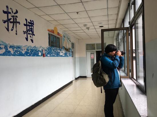 赵明在两位跑酷少年的学校里拍摄。于燕妮/摄