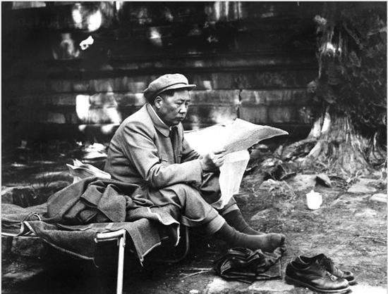 毛泽东在十三陵。 (1954年) 侯波 摄