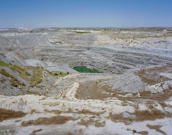 鄂尔多斯东胜区,一处废弃的高岭土露天矿。鄂尔多斯不仅有丰富的煤气资源,天然碱、芒硝、紫沙陶土、石英砂等矿产资源亦储量可观。为了推进转型,除了开发非煤资源,鄂尔多斯还引进了电子制造和汽车装配企业。这个煤炭产业占比曾经达70%的资源型城市,2015年末非煤产业比重已达46%。