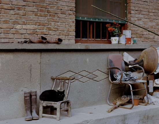 陕西潼关桐峪镇矿区的工人宿舍区一角。近年来,当地开始大力打造旅游产业。距离几经磨难被毁坏殆尽的潼关古城不远,新的仿古城墙已经建好,等待着游客光临。