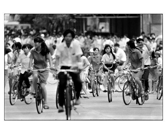 张新民《上下班汹涌的自行车潮》深圳 1990
