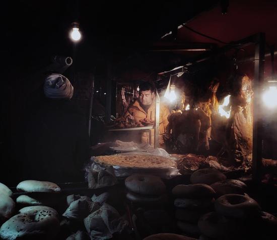 夜晚的二道桥,烤肉摊在灯光下散发着热气。陈瑶/摄