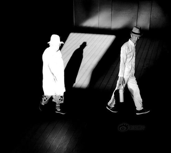 《行色匆匆》摄影:@镜视眼88 来自于《生于街头》9月